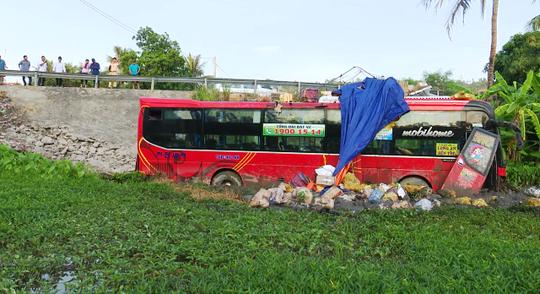 xe khach lao xuong ruong sau hang chuc hanh khach hoang loan