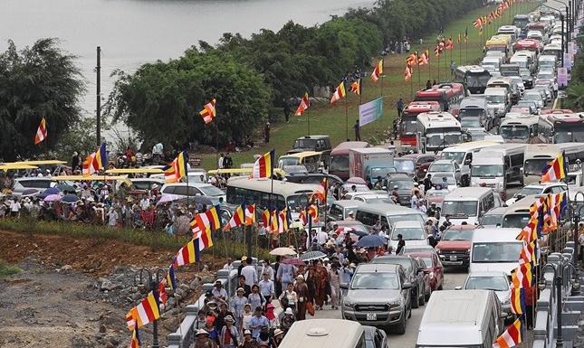 Hàng vạn người đến chùa Tam Chúc trong ngày khai lễ Vesak 2019