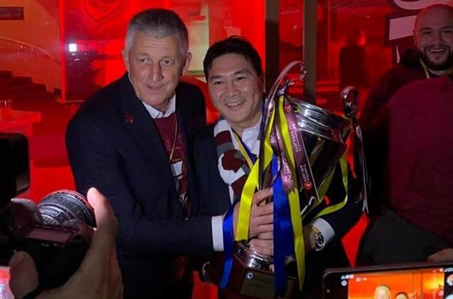 ong chu nguoi viet an mung cu dup voi clb du champions league