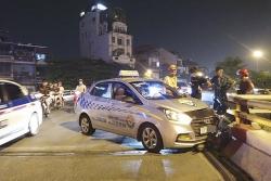 Lái xe taxi ngủ gật đâm vỡ thành cầu Chương Dương