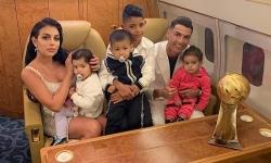 Gia đình C. Ronaldo đi máy bay riêng về Italy