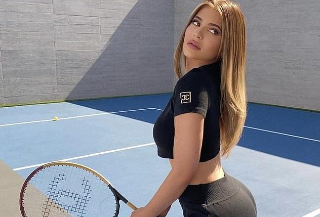 kylie jenner pho duong cong nong bong khi danh tennis trong biet thu moi