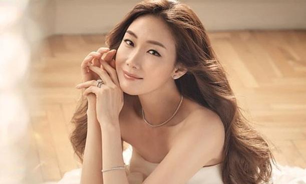 Choi Ji Woo sinh con gái đầu lòng