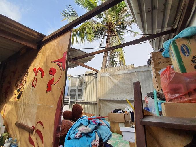 Hàng loạt nhà dân ở Sài Gòn bị tốc mái