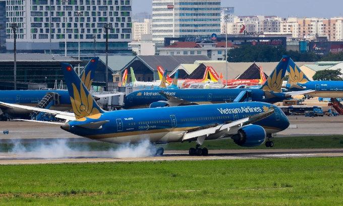 Các hãng tăng phụ phí vé máy bay
