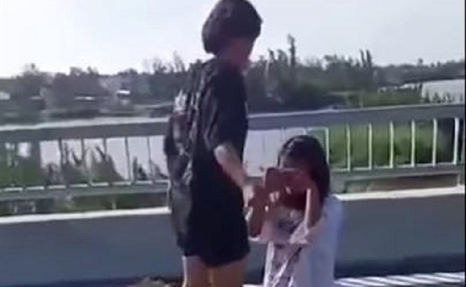Phẫn nộ nữ sinh lớp 7 bị đánh tới tấp, lột đồ trên cầu ở Quảng Nam