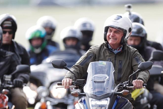Tổng thống Brazil diễu hành không khẩu trang giữa Covid-19