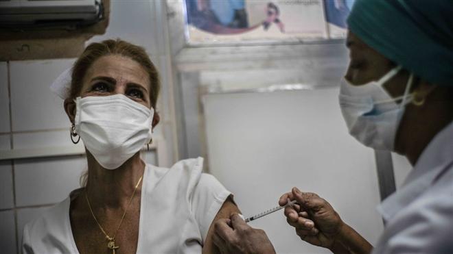 Cuba bắt đầu tiêm chủng đại trà vaccine 'cây nhà lá vườn'