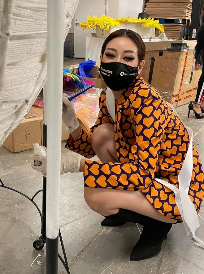 Khánh Vân thi trang phục dân tộc