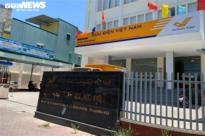 Bưu điện Quảng Ngãi tụ họp trên 40 người, bất chấp lệnh cấm của UBND tỉnh - 1