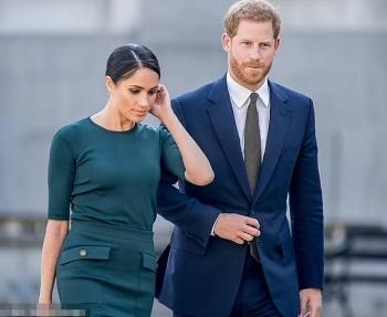 Trợ lý hoàng gia muốn Harry - Meghan từ bỏ tước hiệu