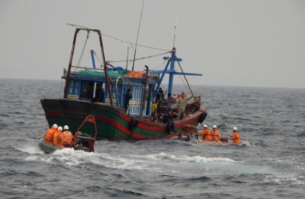 Tàu không rõ lai lịch tông chìm tàu cá Quảng Bình, 2 ngư dân mất tích