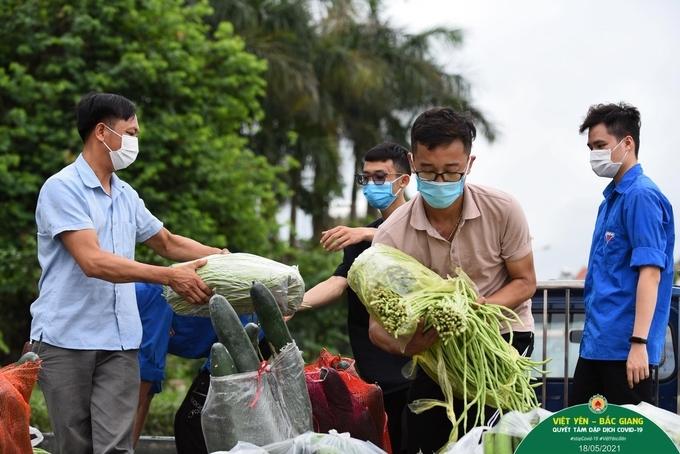 Người dân cứu đói công nhân trong tâm dịch