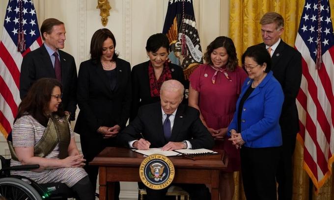 Biden ký luật bảo vệ người gốc Á