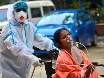 Ấn Độ: Ca mắc COVID-19 trong ngày giảm mạnh, dân nhảy xuống sông né tiêm vaccine