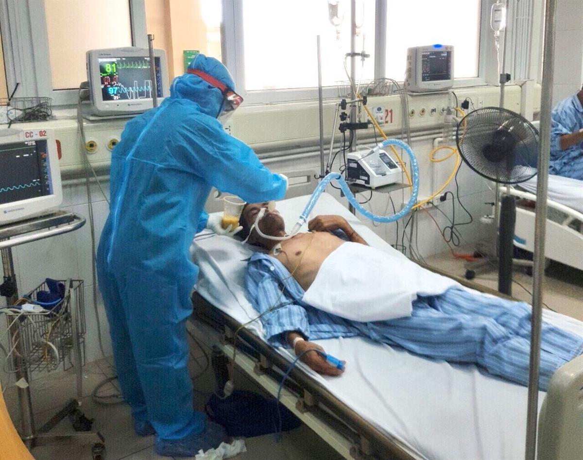 Video: Bác sĩ ép tim liên tục cấp cứu cho bệnh nhân COVID-19 - 3