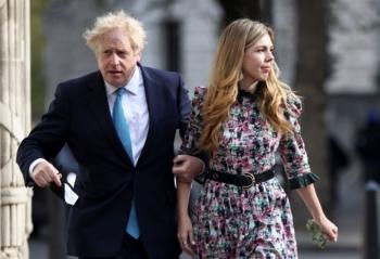 Thủ tướng Anh bí mật kết hôn với bạn gái kém 23 tuổi trong dịch COVID-19