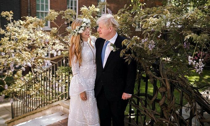 Sóng ngầm sau hôn lễ bí mật của Thủ tướng Anh
