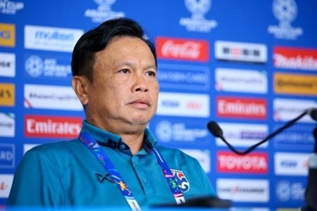 hlv truong thai lan chinh thuc tu chuc sau tham bai o kings cup 2019