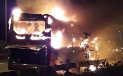 Xe khách cháy rụi ở Hà Nội