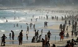 Người Brazil đổ ra bãi biển