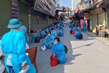Chuyển công nhân khỏi ổ dịch ở Bắc Giang