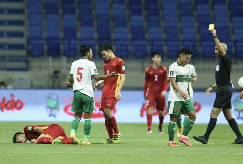 Cầu thủ Indonesia đạp tung người Tuấn Anh   VnExpress