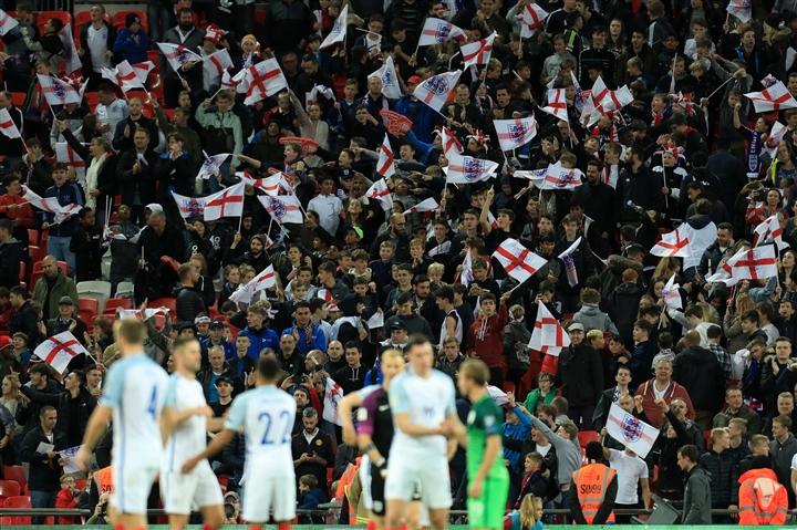 Dân châu Âu xem EURO 2020: Hành trình khắc nghiệt giữa mùa COVID-19 - 1
