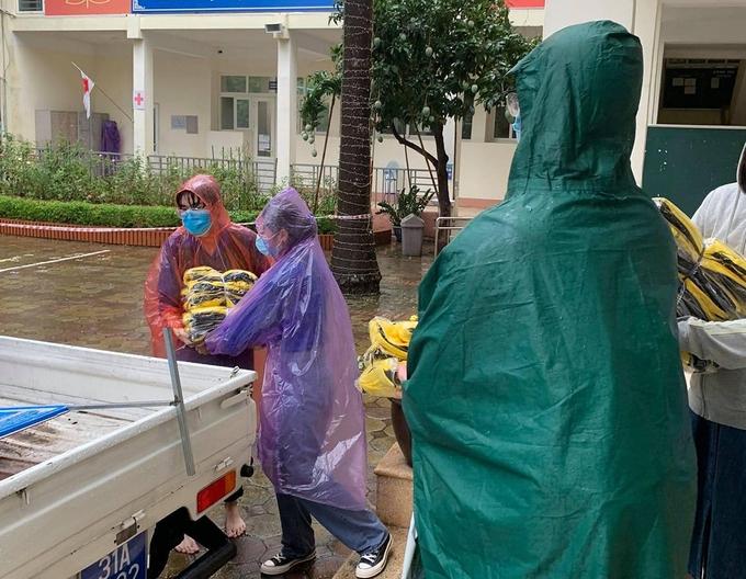 Huy động hàng trăm bộ quần áo cho sĩ tử vì mưa ướt