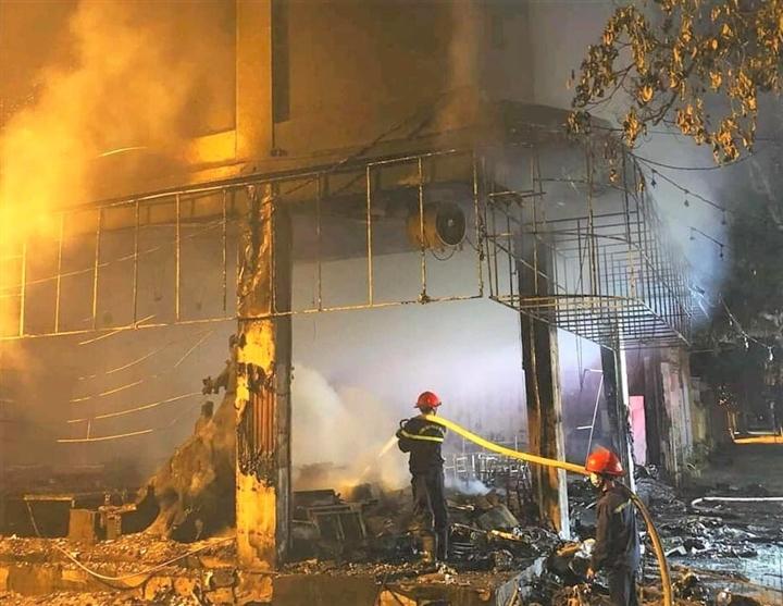 Phòng trà ở TP Vinh cháy dữ dội, ít nhất 6 người thiệt mạng - 7