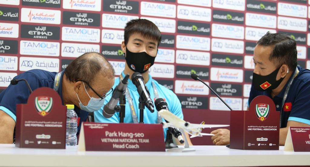 HLV Park gay gắt với phóng viên của UAE   VnExpress