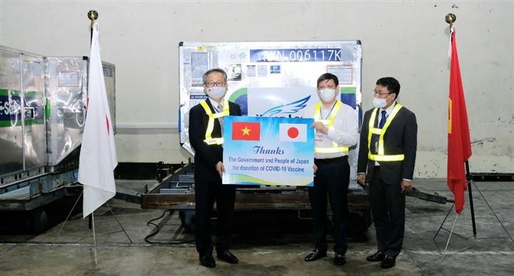 Gần 1 triệu liều vaccine COVID-19 của Nhật Bản về Việt Nam - 2