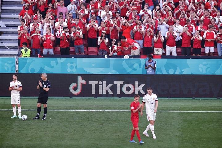 Cầu thủ Đan Mạch, Bỉ dừng bóng cổ vũ Eriksen, Lukaku rơi nước mắt - 3
