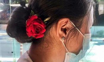 Người Myanmar đeo hoa mừng sinh nhật bà Suu Kyi