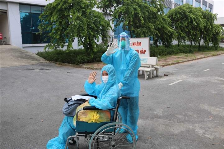 Nữ công nhân mắc COVID-19 thoát chết sau 6 lần lọc máu, tổn thương phổi nặng - 1