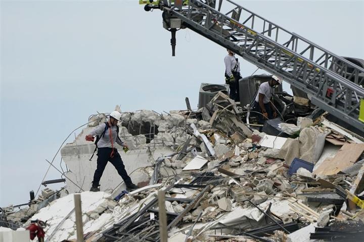 Sập tòa nhà ven biển Mỹ, 99 người mất tích - 2