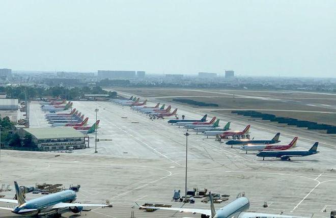 """Máy bay """"đắp chiếu"""" la liệt, sân bay Nội Bài đóng cả đường băng làm chỗ đỗ"""