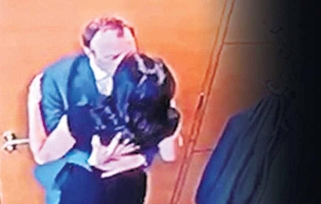 Bộ trưởng Anh lộ ảnh hôn trợ lý trong văn phòng