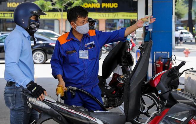 Giá xăng tăng mạnh, xăng RON 95 sắp chạm mốc 21.000 đồng/lít
