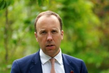 Vi phạm quy định chống dịch COVID-19, Bộ trưởng Y tế Anh từ chức