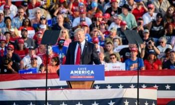 Đám đông người ủng hộ tập hợp tại buổi vận động chính trị của ông Trump