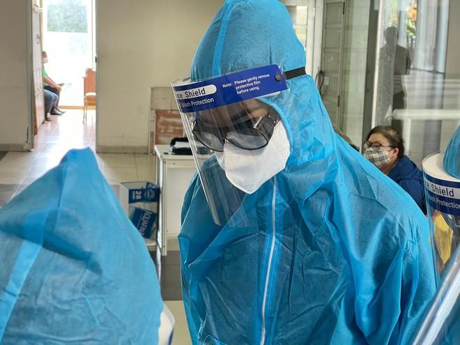 Hoa hậu Tiểu Vy làm tình nguyện viên hỗ trợ người dân tiêm vaccine chống Covid-19 ảnh 14