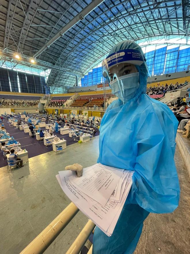 Hoa hậu Tiểu Vy làm tình nguyện viên hỗ trợ người dân tiêm vaccine chống Covid-19 ảnh 10