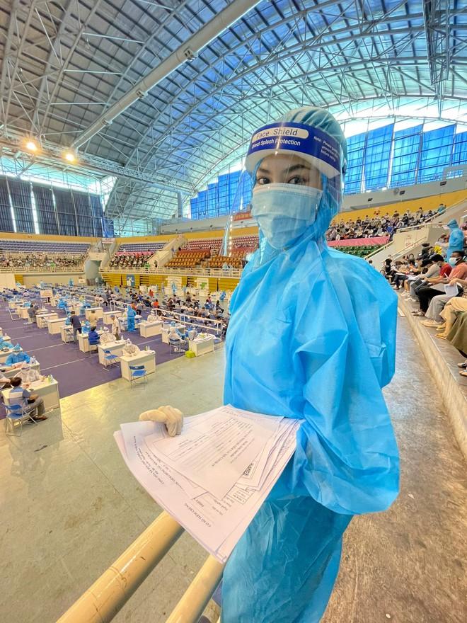 Hoa hậu Tiểu Vy làm tình nguyện viên hỗ trợ người dân tiêm vaccine chống Covid-19 ảnh 8