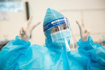 Hoa hậu Tiểu Vy làm tình nguyện viên hỗ trợ người dân tiêm vaccine chống Covid-19