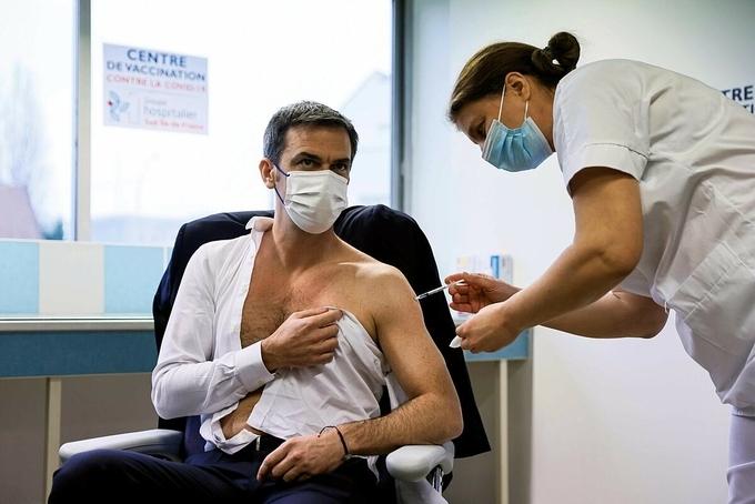 """Trào lưu chụp ảnh """"tự sướng"""" với vaccine Covid-19"""