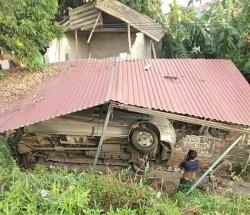 Phú Thọ: Xe khách 16 chỗ mất lái, lao thẳng từ đê xuống nhà dân