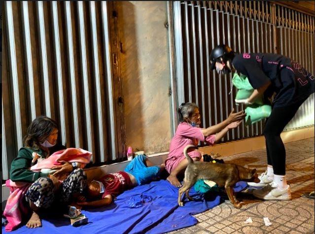 Hoa hậu Tiểu Vy đi xe máy phát gạo cho người nghèo tại TP.HCM - 3