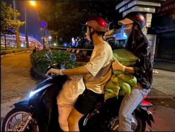 Hoa hậu Tiểu Vy đi xe máy phát gạo cho người nghèo tại TP.HCM