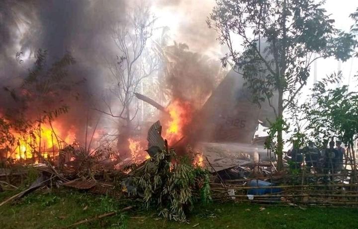 Rơi máy bay quân sự ở Philippines, gần 100 người thương vong
